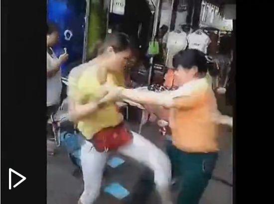 视频:实拍两女子当街肉搏 孩子哭喊别打了
