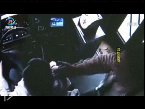 视频:男子乘公交起色心伸手摸女司机胸