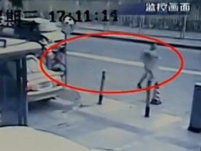 视频:监拍全裸男遭情人报复泼硫酸