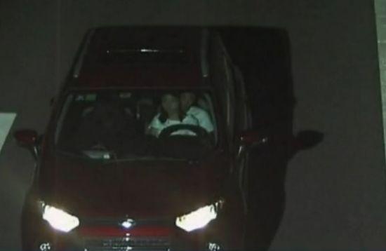 监拍男子夜晚高速路上怀抱女友开车