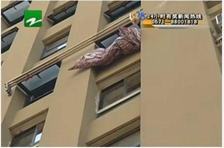 女子7楼跳下轻生 保安徒手接住被砸伤