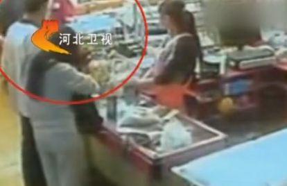 监拍15岁收银员多看顾客一眼被殴致死