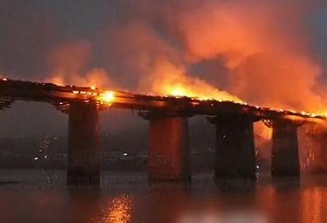 """视频:实拍重庆""""亚洲第一廊桥""""起火"""