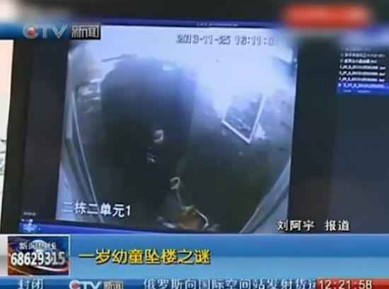 监拍小女孩电梯里摔打婴儿 疑将其扔下楼