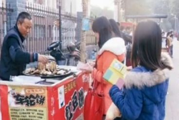 视频:男子摆摊卖饼供妻读书成副教授