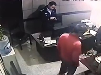 视频:男子杀害妻子后淡定向警方自首