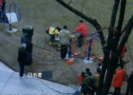 重庆:孩子被狗惊吓 家长打爆狗主人头