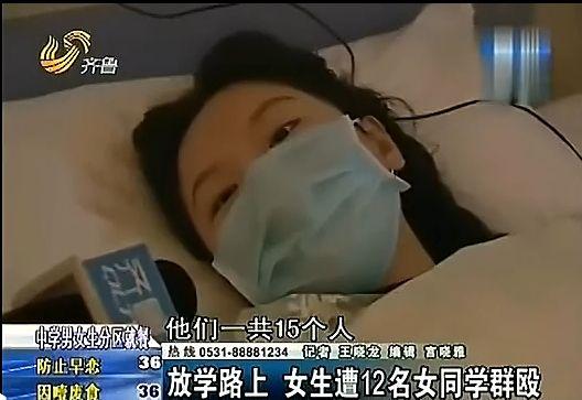 山东18岁女孩遭十余学妹群殴 抱头缩墙角