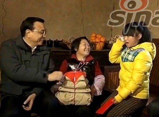 视频:李克强安慰留守女孩