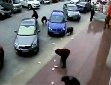 监拍男子2万块当街满天飞众人捡钱归还
