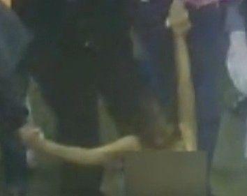 女子被推下井只剩短裤胸罩