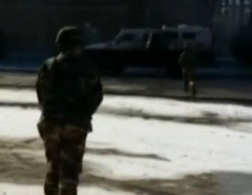实拍新疆凶徒袭警并损坏执勤车辆现场