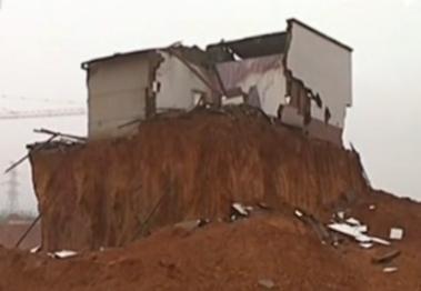 再现最牛钉子户 房屋被挖成孤岛