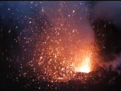 """无人机""""零距离""""记录火山喷发震撼场面"""