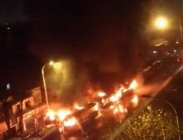武汉两名少年为盗安全锤引燃5辆公交车