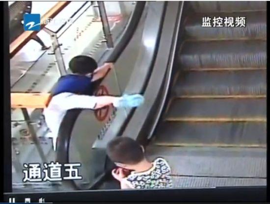 男童扶梯缝隙坠落