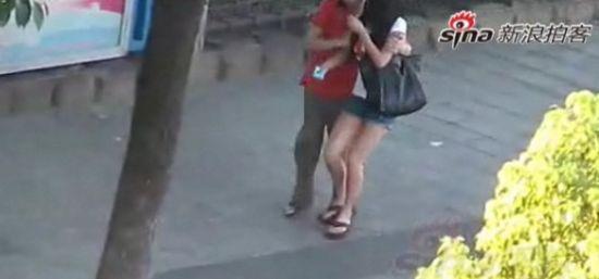 实拍男子公园附近猥亵多名过路女子