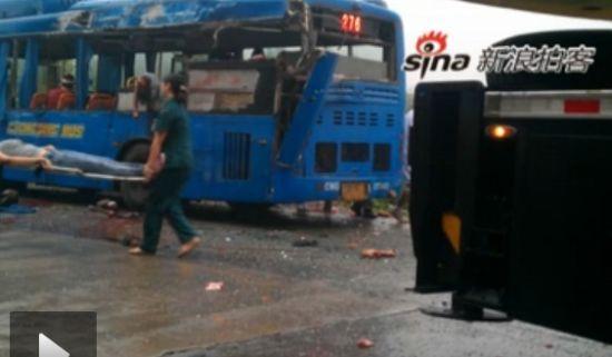 重庆一吊车与公交车相撞3人当场死亡