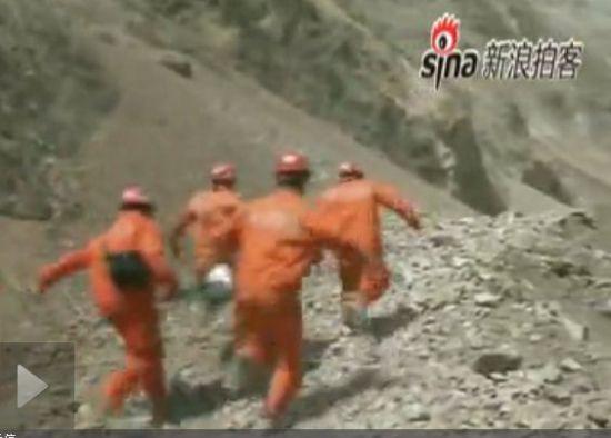 实拍地震救援队担架抬伤员狂奔躲飞石