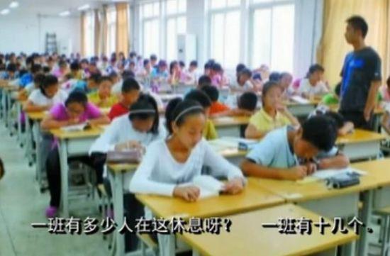 学生趴课桌午睡被校收费
