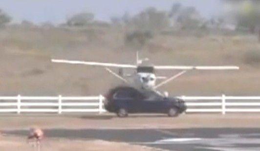 实拍飞机着陆时与行驶汽车相撞瞬间