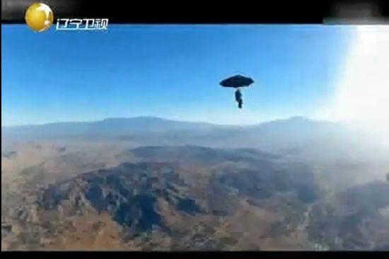 视频:实拍老外高空打雨伞跳热气球
