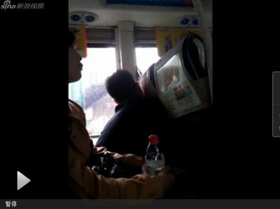 视频:偷拍公交上小偷持镊子作案