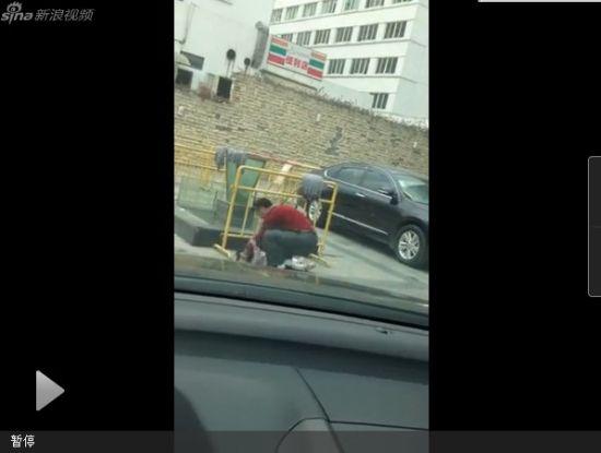 视频:幼儿弄脏车遭禽兽父亲反复暴打