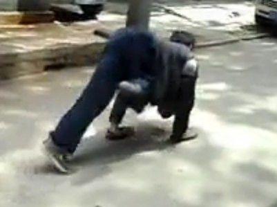 """视频:街头惊现""""人狗""""爬行"""
