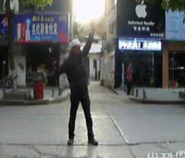"""视频:霸气侧漏""""板车哥""""疯狂指挥交通"""