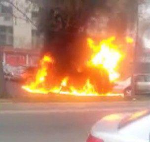 实拍:四车相撞惨烈现场 车主着火惨叫