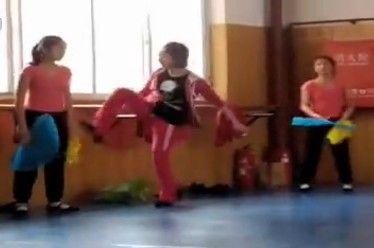 舞蹈老师狂殴学生