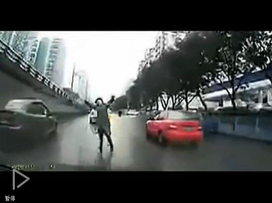 视频:行车记录仪拍下女子尖叫夸张倒地碰瓷
