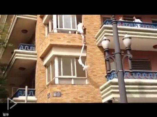 视频:妻子偷情被抓 情夫着内裤爬窗逃跑
