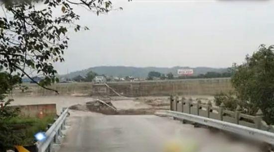 实拍四川江油桥梁垮塌汽车和行人坠河现场