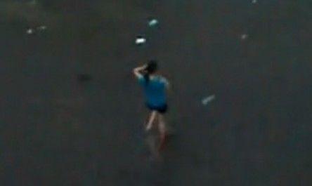 视频:实拍女生雨天打电话遭雷击瞬间