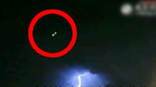 夜空现神秘UFO