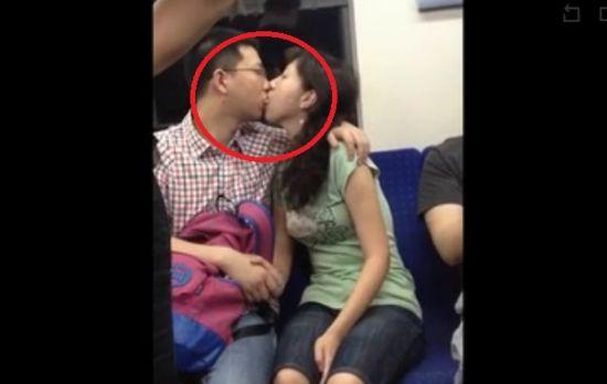 情侣地铁激情舌吻两分钟 小伙伴都看呆了