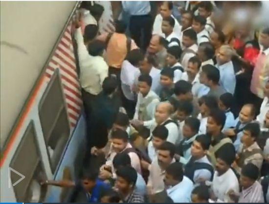 视频:实拍印度火车站暴挤震撼场面