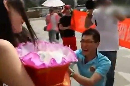 视频:实拍男子抱一束小奶猫街头求婚