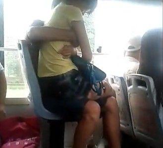视频:实拍情侣公交上公然调情