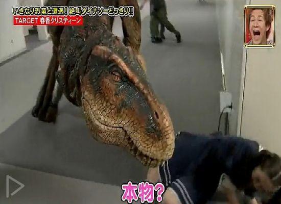 日本恐龙入侵恶作剧 妹子被吓瘫倒地