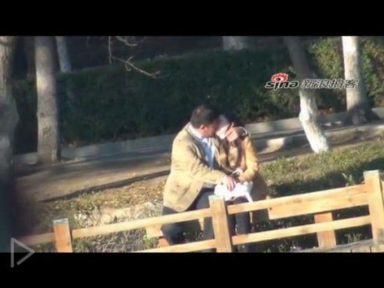 视频:实拍情侣激情拥吻不顾路人