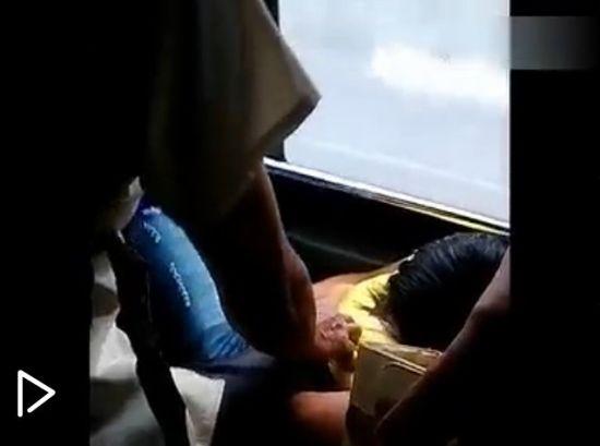 视频:女子公交上熟睡遭咸猪手袭胸4分钟