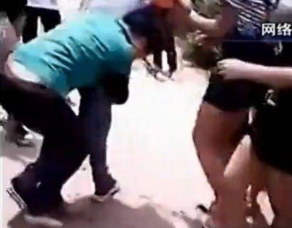 实拍中学女生打群架 男生围观助威呐喊