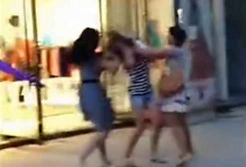 """视频:小三当街被欧哭喊""""别打了"""""""