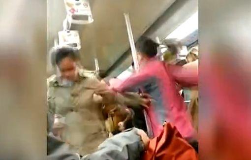 视频:实拍两女地铁内互殴 吓哭小孩