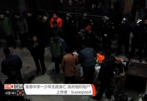 视频:实拍少年无故身亡警察抢尸