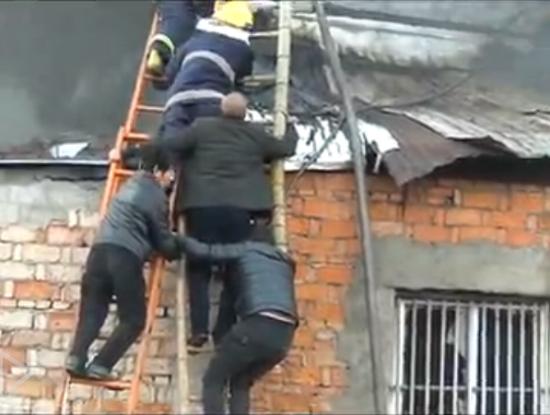 实拍救援现场 猛男肩扛梯子支撑两人