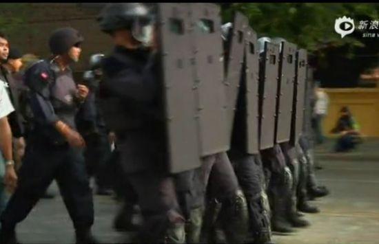 实拍泰政府出动防暴警察欲夺回政府大楼